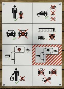 """Vista de los carteles para el buen uso de las llamadas """"cocheras para el sexo"""" durante la presentación de las instalaciones en Zúrich.- (EFE)"""