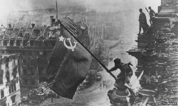 Los soviéticos izaron su bandera sobre el parlamento alemán.