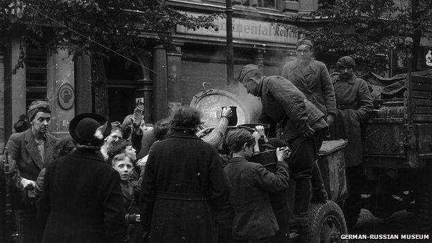 Los soldados soviéticos distribuyeron comida entre los berlineses.