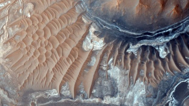 _90362936_mro-hirise-orbiters-light-toned-deposits-noctis-labyrinthus-br2