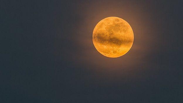 Cuando la Luna alcanza su posición más alejada de la Tierra se dice que está en su apogeo. En su punto opuesto, el perigeo, puede estar hasta 50.000 kilómetros más cerca de la Tierra que en el apogeo.