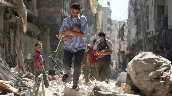 Traslado de bebés a un lugar seguro luego de un bombardeo en Siria.