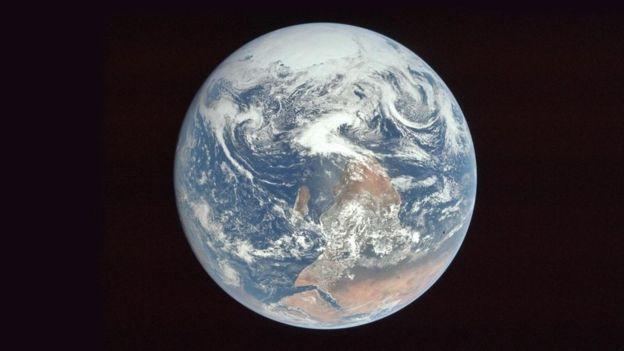 La NASA volteó esta fotografía de la Tierra para no confundir a la gente.