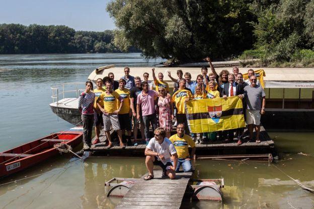 Un grupo camino a Liberland en agosto de 2016.