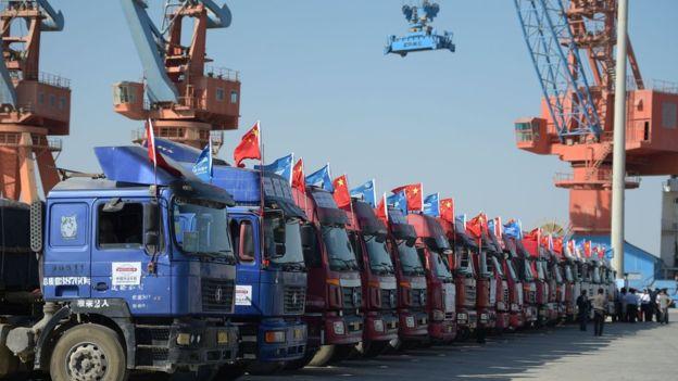 Los artículos chinos llegan al puerto en un convoy de camiones desde la región de Xinjiang, en el noroeste de China.