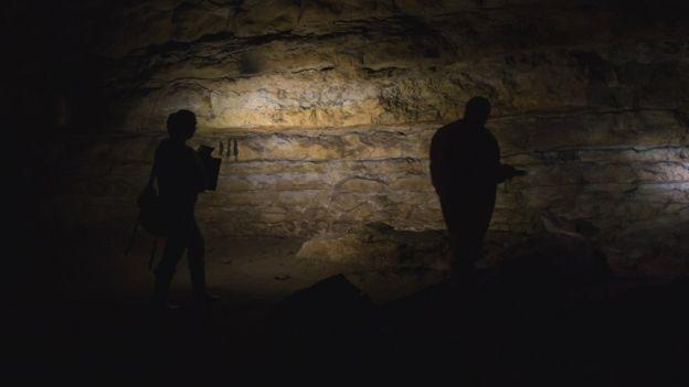 _92656804_cudoncave-exploring